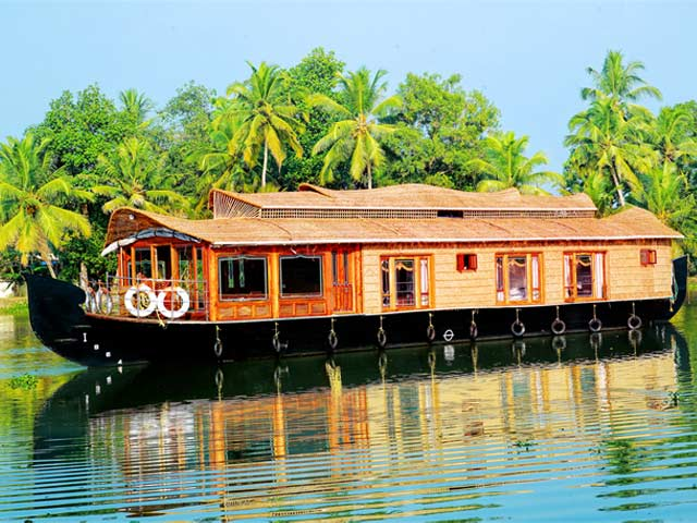 Alleppey Houseboat: best places for honeymoon in kerala