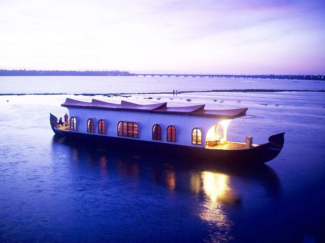 Houseboat-Cruising-in-Kovalam